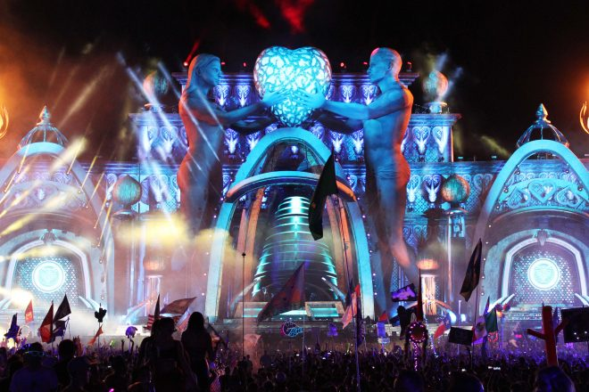 Giant inflatable man and woman with a glowing heart at EDC 2018